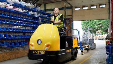 Nowy wózek holowniczy Hyster® z fotelem dla operatora dla jeszcze lepszego wsparcia produkcji w przemyśle motoryzacyjnym
